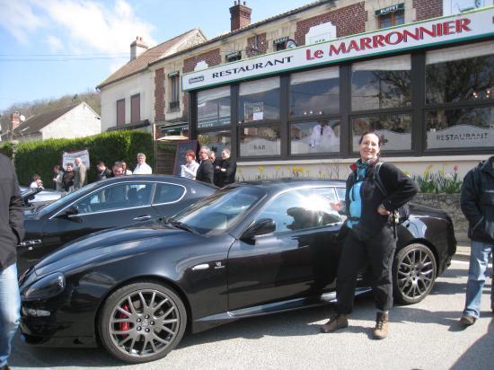 Annick devant une Ferrari