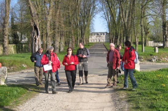 au fond le Château de Villers-en-Arthies