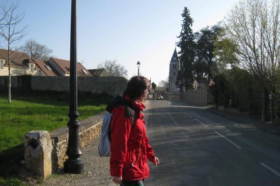 Pascale et au fond, l'église de Villers-en-Arthies