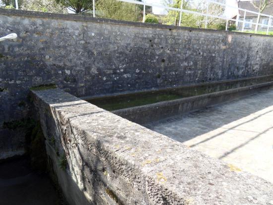 Abreuvoir à bassin surélevé à Chérence (95)