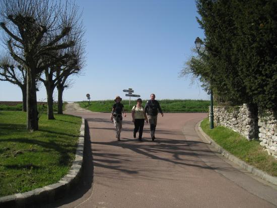 Catherine, Annie, Christian entrant dans Chérence