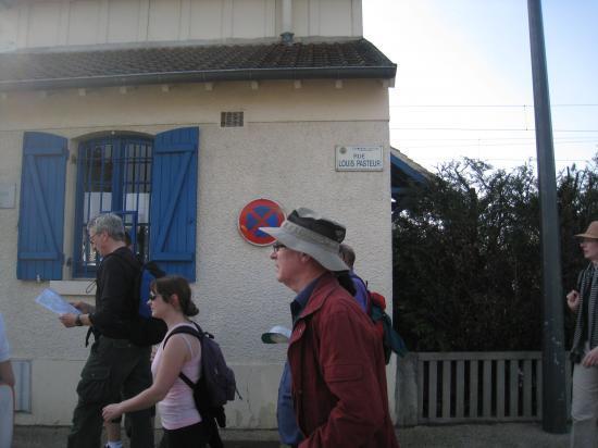 Randonneurs traversant la rue Pasteur à Champagne-sur-Oise