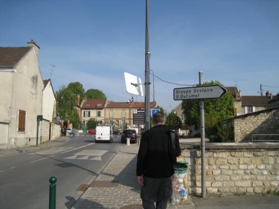 Olivier nous guide dans les rues de Champagne-sur-oise