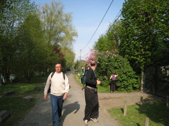 Nathalie humant le lilas