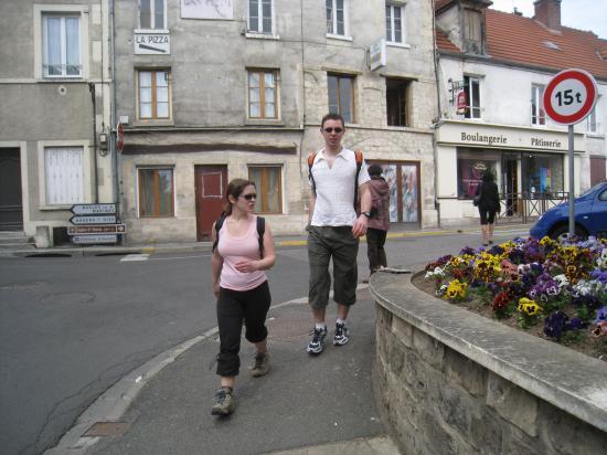 Nathalie et Aurélien , dans la rue Guichard à Parmain