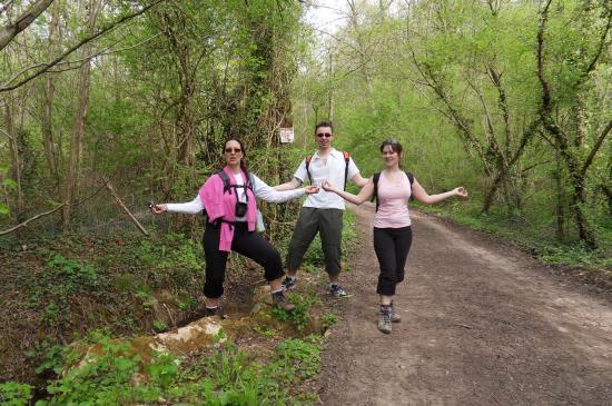 Annick, Aurélien, Nathalie répétant leur danse en pleine nature