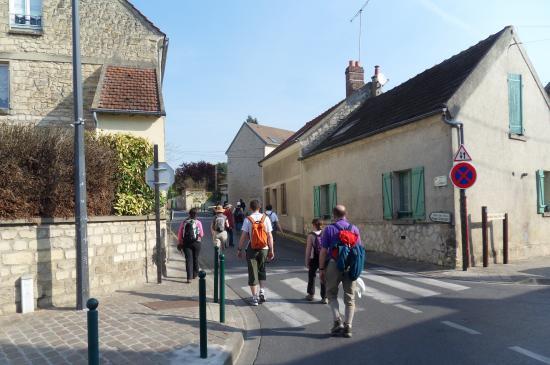 Randoneurs dans la Rue de Chambly à Champagne-sur-Oise