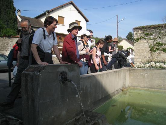 Randonneurs devant le Lavoir à Champagne-sur-Oise