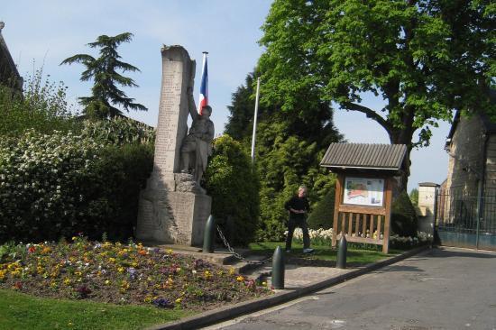 Randonneur à la traîne près du Monuments aux  Morts à Champagne-sur-Oise