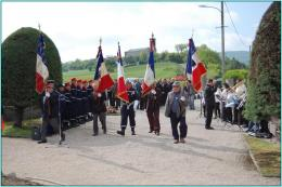 Porte-drapeaux en tête
