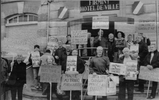 Rassemblement devant Mairie avant conseil municipal