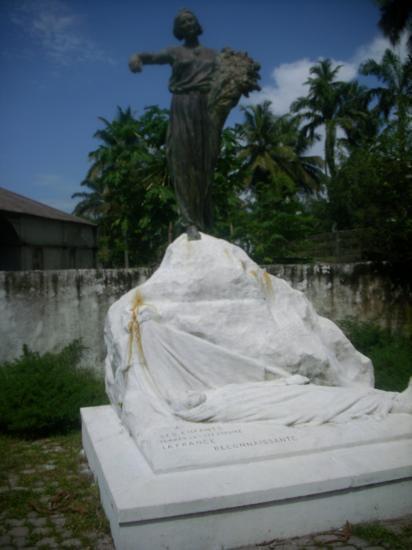 Monument aux morts un peu déroutant, il rend hommage aux Français essentiellement soldats victimes des épidémies au début du XXème siècle