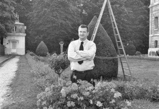 Cyril Semenoff-Tian-Chansky dans les jardins de la Manufacture de  Sèvres.