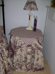 Petite table recouverte d'un tapis et carré de table