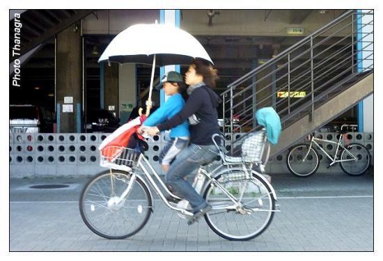 Une mère de famille à vélo.jpeg