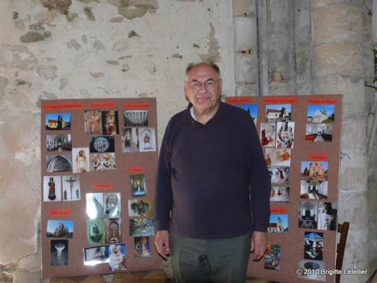L'Abbé Henri Gandon devant  exposait des photos des églises de notre contrée