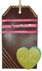 strass, dorure à chaud et rubans sur cette étiquette tag en cuir couleur marron
