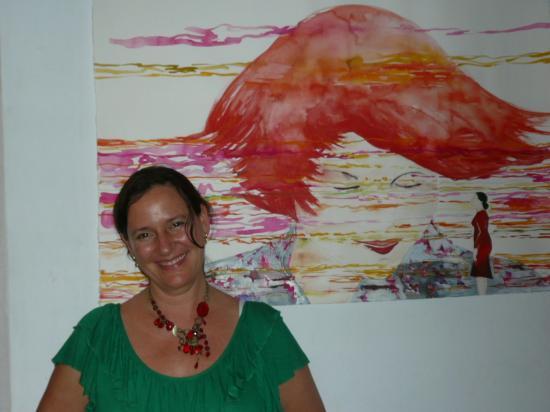 Monica Dower devant 1 toile de la série
